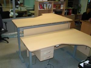 Ergonomiški kampiniai stalai su stalčiais