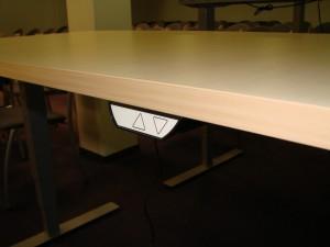 Sumontuota 30 ergonomiškų reguliuojamo aukščio stalų