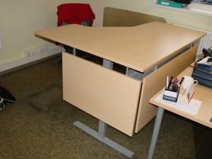 Reguliuojamo aukščio kampiniai stalai