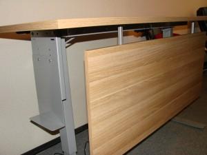 Ergonomiškas stalas su uždanga kojoms