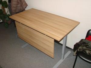 Reguliuojamo aukščio stalas su uždanga kojoms