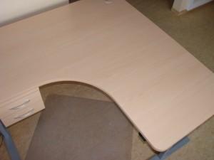 Reguliuojamo aukščio kampinis stalas su trijomis kojomis