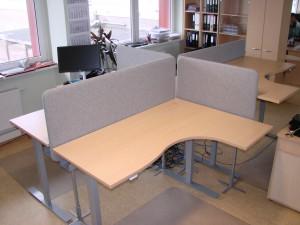 Reguliuojamo aukščio stalai su akustinėmis pertvaromis
