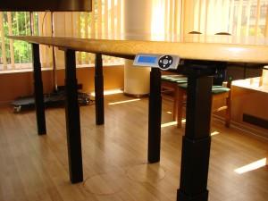 Reguliuojamo aukščio konferencinis stalas