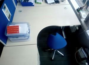 Standartiniai stalai perdaryti į reguliuojamo aukščio stalus