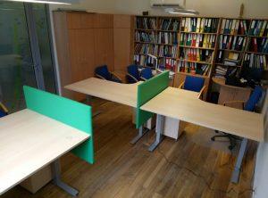 Sumontuotai pakeliami stalai ir akustinės pertvaros